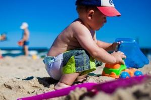 deček na plaži